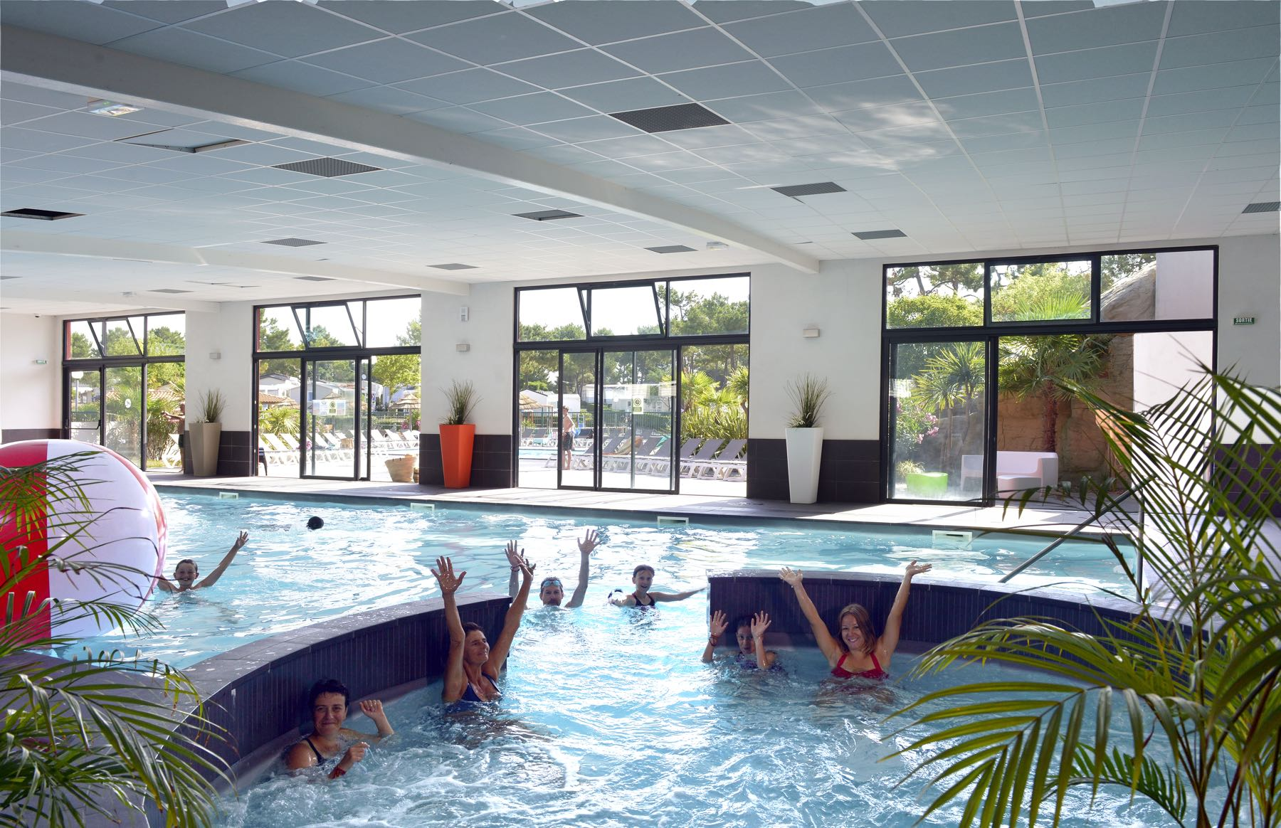 camping-vendee-piscine-interieure-chauffee-saint-jean-de-monts-Le-Tropicana