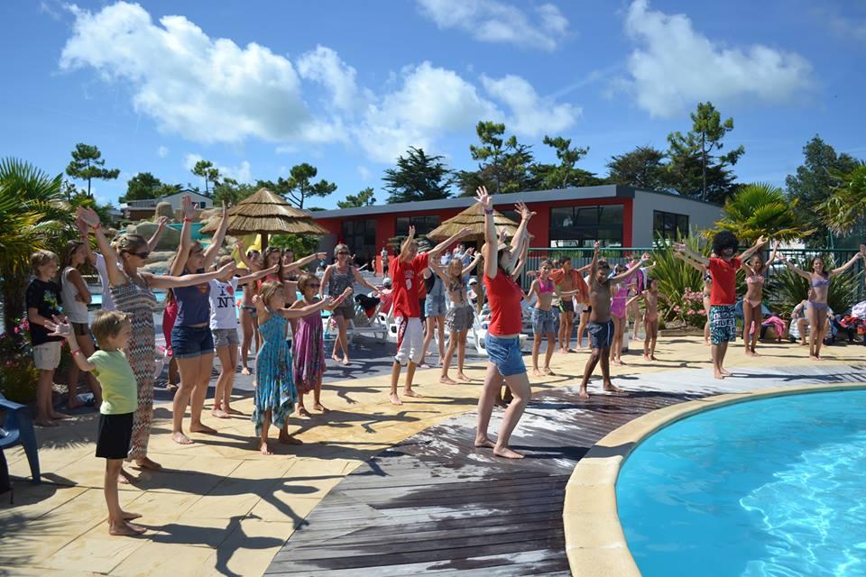 animation-danse-autour-piscine-Le-Tropicana